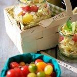 Insalata di pasta con pomodorini, feta e avocado